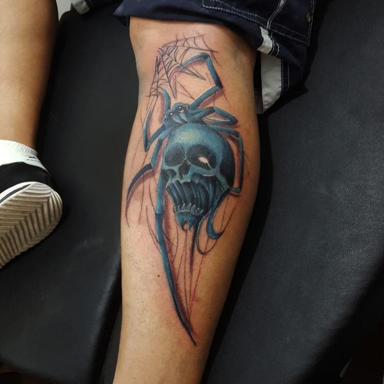 Araña con cráneo  tatuaje realizado por Carlos Koyote Ramirez