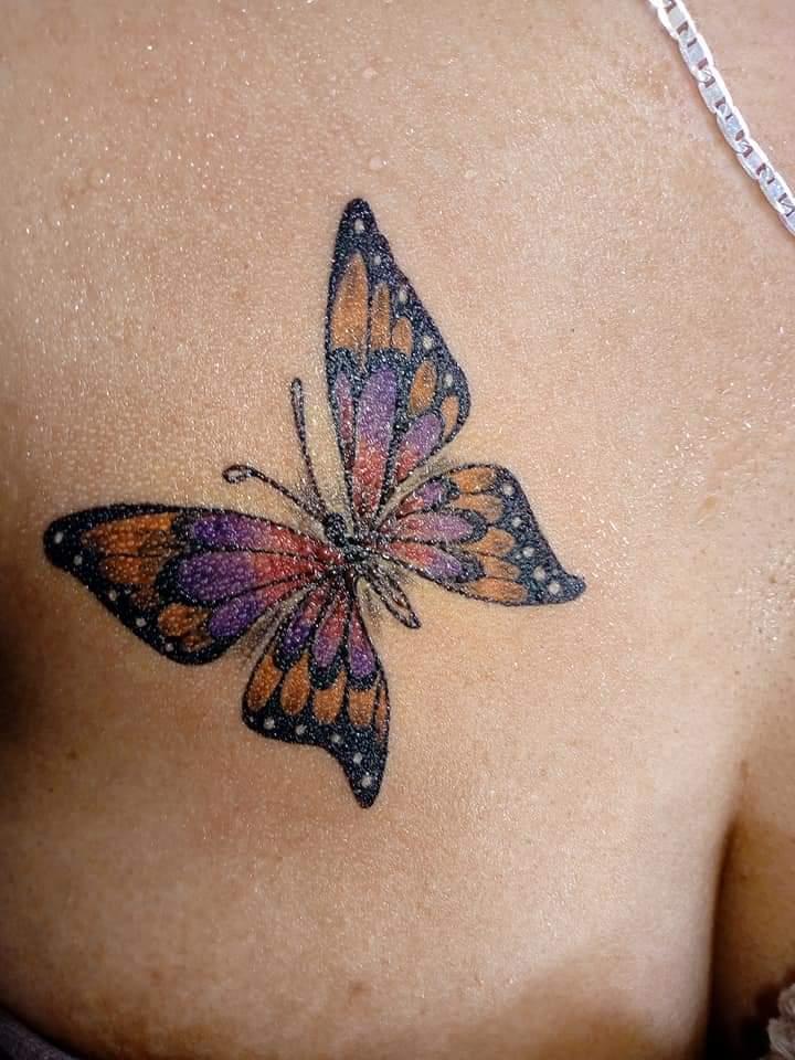 Mariposa a color echa por garabatos peralta en impresiones en la piel tatuaje realizado por Garabatos Peralta
