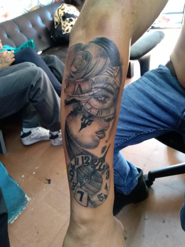 Black and grey tatuaje realizado por Garabatos Peralta