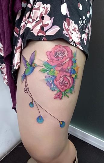 Colibrí y rosas en la pierna tatuaje realizado por Adan dados uno