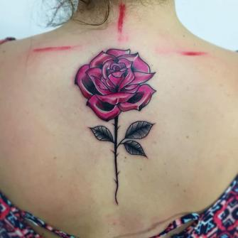 Rosa Espalda tatuaje realizado por Roberto Valencia