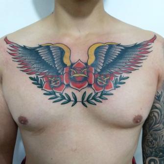 Alas Neotradicionales en el pecho tatuaje realizado por Roberto Valencia