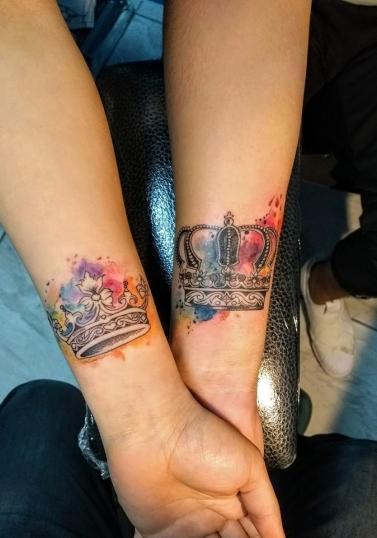 Coronas en pareja tatuaje realizado por Nowone