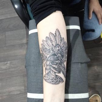 Guerrero en blackwork tatuaje realizado por Roberto Valencia