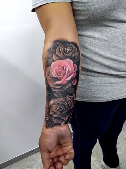 Rosas  tatuaje realizado por Adan dados uno