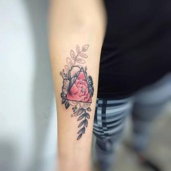 Flor Peonía tatuaje realizado por Roberto Valencia