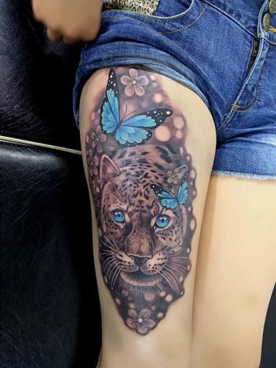 Tigre y mariposas tatuaje realizado por Adan dados uno
