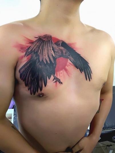Cuervo en el pecho tatuaje realizado por Adan dados uno