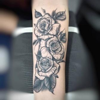 Rosas Blackwork tatuaje realizado por Roberto Valencia