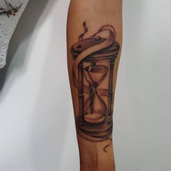 Reloj de arena  tatuaje realizado por Carlos Koyote Ramirez