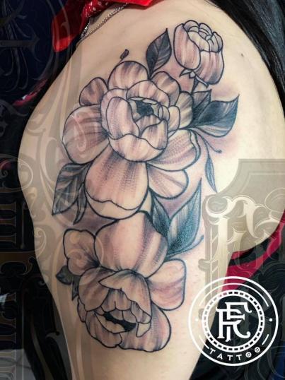 Flores Peonias en el hombro Blackwork tatuaje realizado por Fabian Rojas