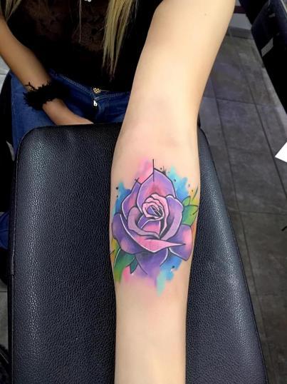 Rosa a color tatuaje realizado por Adan dados uno