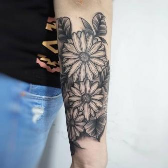 Margaritas en blackwork tatuaje realizado por Roberto Valencia
