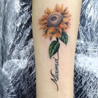 Girasol a color tatuaje realizado por AR KY
