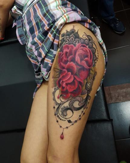 Rosas en el muslo tatuaje realizado por Carlos Koyote Ramirez