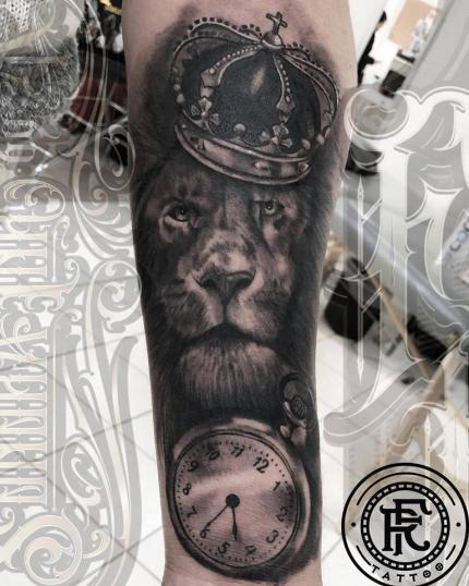 Leon y reloj Black and grey tatuaje realizado por Fabian Rojas