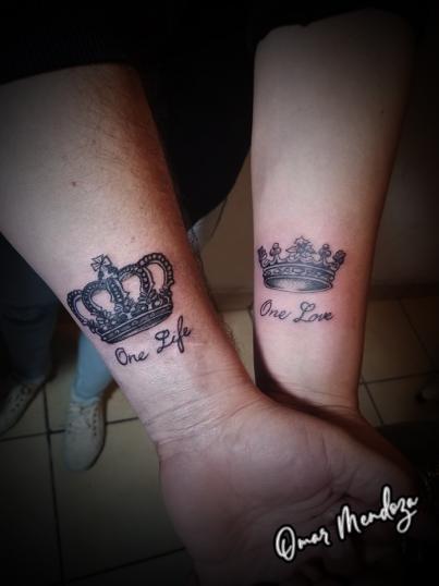 coronas pareja  tatuaje realizado por Omar Mendoza