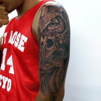 Buho y craneo Black and Grey tatuaje realizado por Adan dados uno