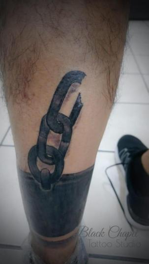 Grillete tatuaje realizado por Jonathan Aguirre