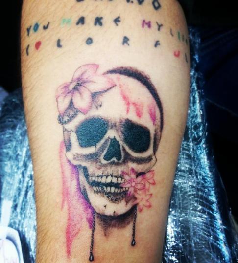 Craneo/flores tatuaje realizado por Jonathan Aguirre