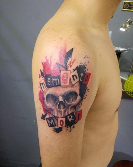 Memento morí  tatuaje realizado por Ironik tattoo