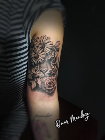 Tigre y FLores tatuaje realizado por Omar Mendoza