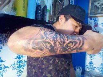 Vista felina tatuaje realizado por Rak Martinez