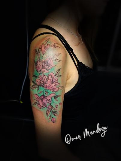 Flores  tatuaje realizado por Omar Mendoza