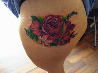 Rosa en la pierna  tatuaje realizado por Richards Ávila