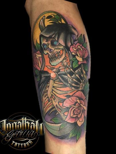 Holy death neotradicional  tatuaje realizado por Jonathan Garcia