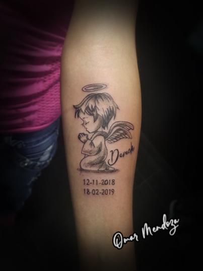 En memoria de su bb Dereck tatuaje realizado por Omar Mendoza