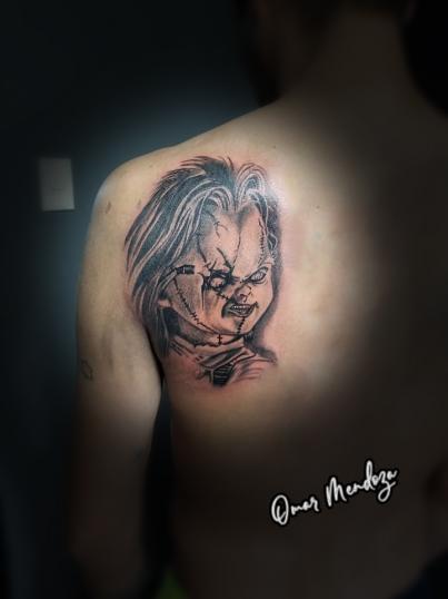 Chucky tatuaje realizado por Omar Mendoza