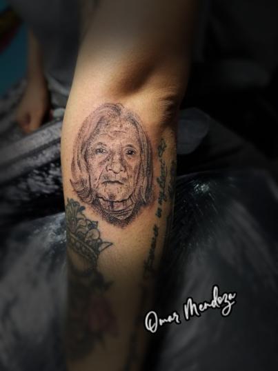 Rostro de 7 cm  tatuaje realizado por Omar Mendoza