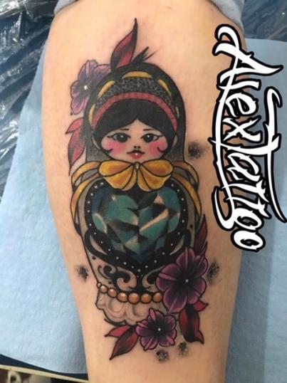 Muñeca neotradicional tatuaje realizado por Alex Tattoo Ink