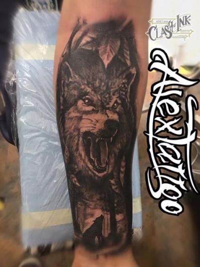 Lobo black and grey tatuaje realizado por Alex Tattoo Ink
