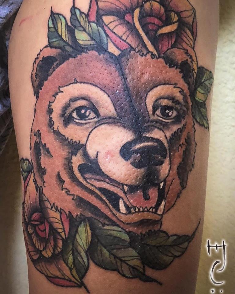 Oso neotradicional tatuaje realizado por Maferchu Tattoo