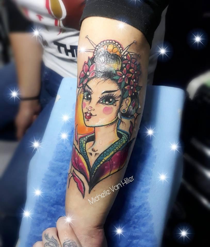 Geisha tatuaje realizado por Michelle Van Hiller