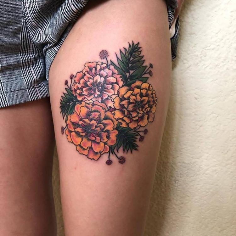 Flor de cempasúchil tatuaje realizado por Maferchu Tattoo
