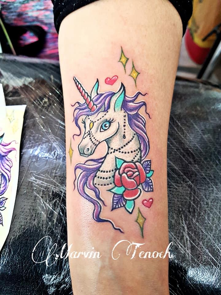 Pony blanco tatuaje realizado por Marvin Estudi Tenochtitlan