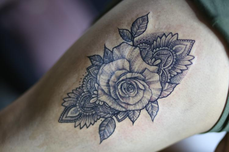 ROSA  tatuaje realizado por Old Gangsters Tattoo Shop