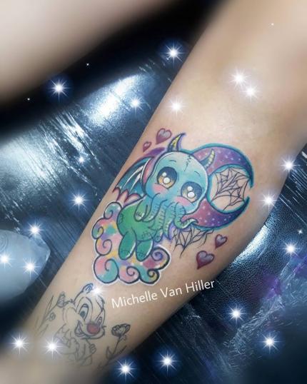 Baby Cthulhu tatuaje realizado por Michelle Van Hiller