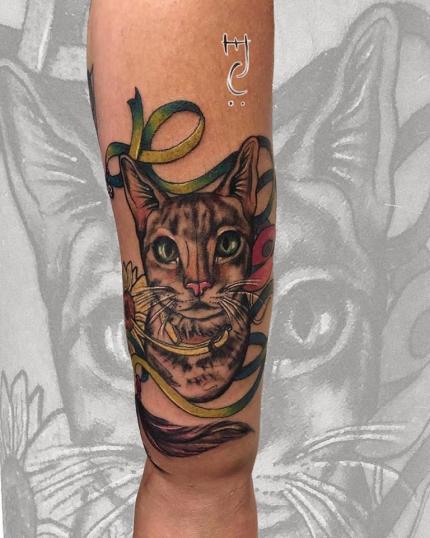 Gato y girasol tatuaje realizado por Maferchu Tattoo