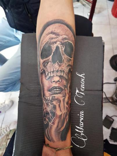 Mujer y cráneo tatuaje realizado por Marvin Estudi Tenochtitlan