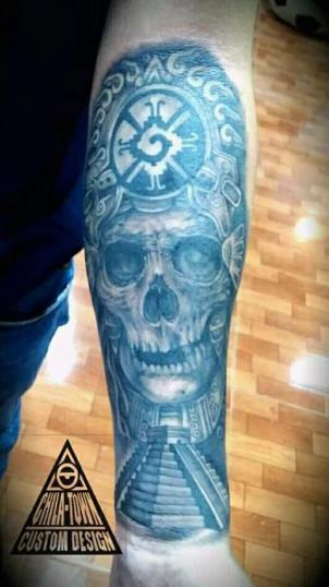 Cráneo y priamide tatuaje realizado por Chilatown Custom Desing
