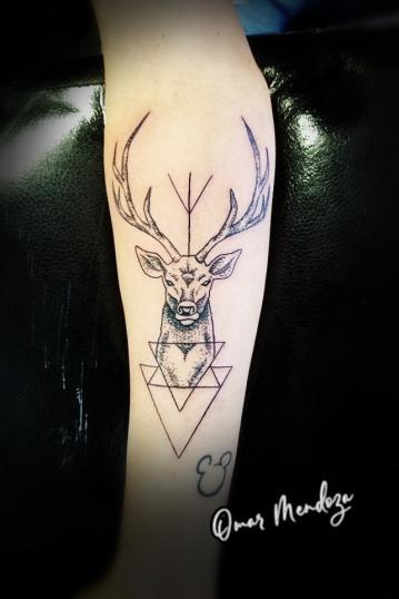 venado tatuaje realizado por Omar Mendoza