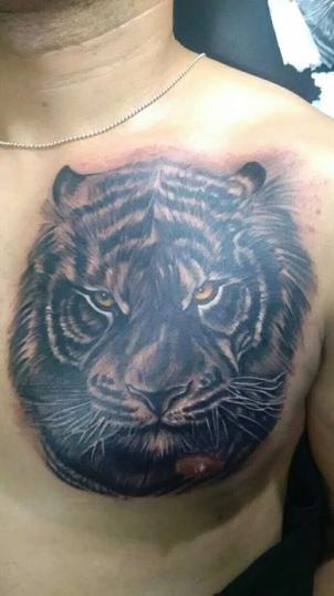Tigre en el pecho tatuaje realizado por Chilatown Custom Desing