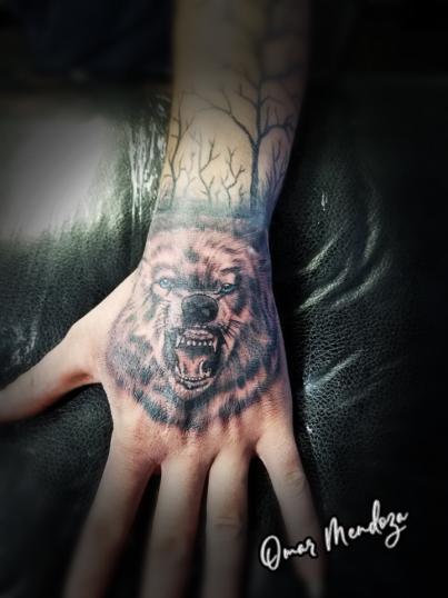 Lobo  tatuaje realizado por Omar Mendoza
