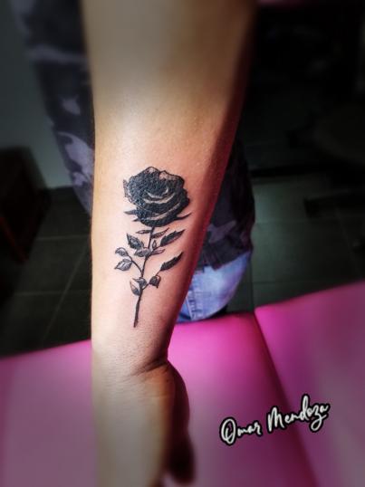 Black Rose tatuaje realizado por Omar Mendoza