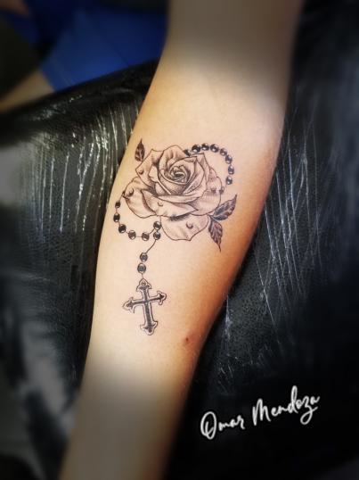 Rosa y Rosario  tatuaje realizado por Omar Mendoza