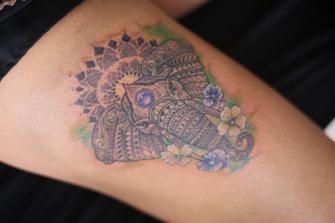 ELEFANTE CON FLORES tatuaje realizado por Old Gangsters Tattoo Shop